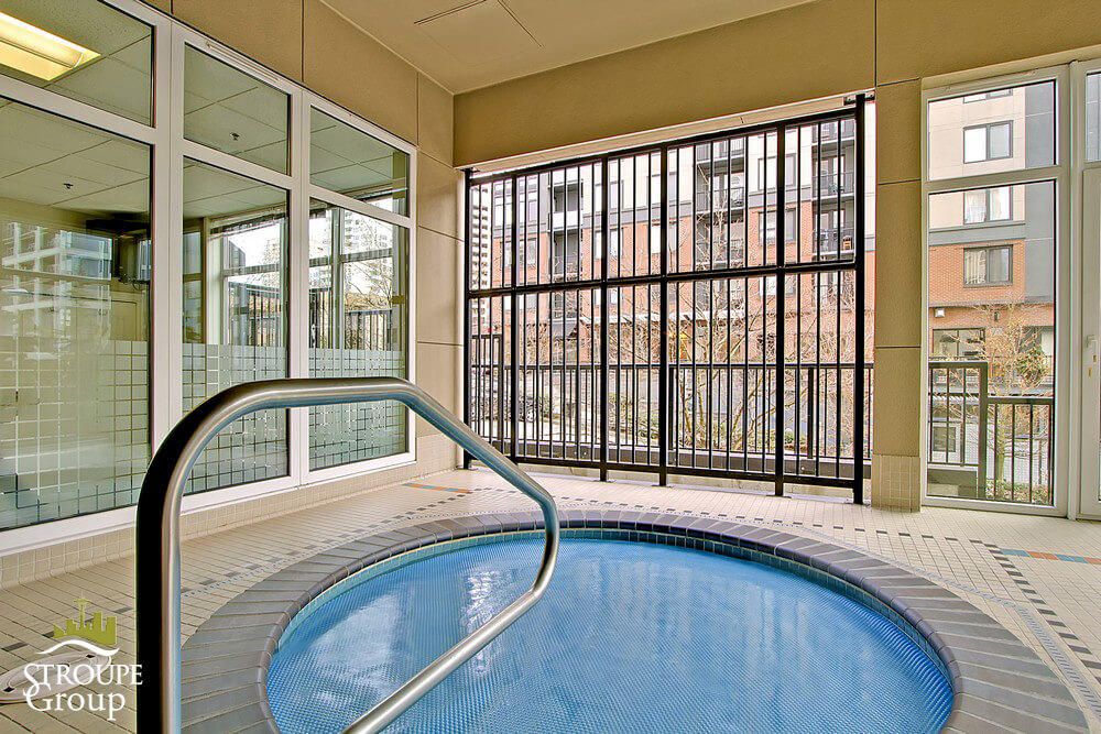 Ellington-condo-2801-1st-ave-belltown-seattle-hot-tub